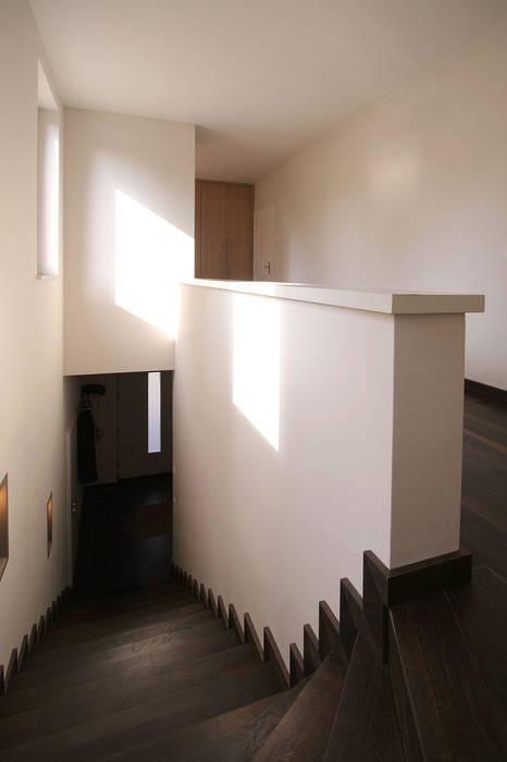 Temperamentvolles Rot - Wohnhaus in bewaldeter Umgebung Klassischer Flur, Diele & Treppenhaus von CG VOGEL ARCHITEKTEN Klassisch