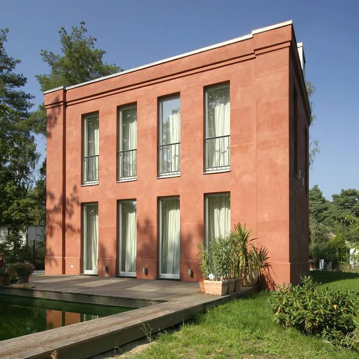 Temperamentvolles Rot - Wohnhaus in bewaldeter Umgebung :  Häuser von CG VOGEL ARCHITEKTEN