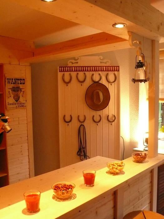 Westernbar mit Garderobe:  Kinderzimmer von Innenarchitektin Claudia Haubrock