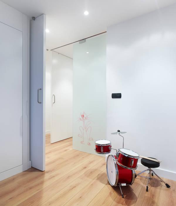 Reforma de vivienda Sanjurjo. A Coruña Pasillos, vestíbulos y escaleras de estilo moderno de homify Moderno