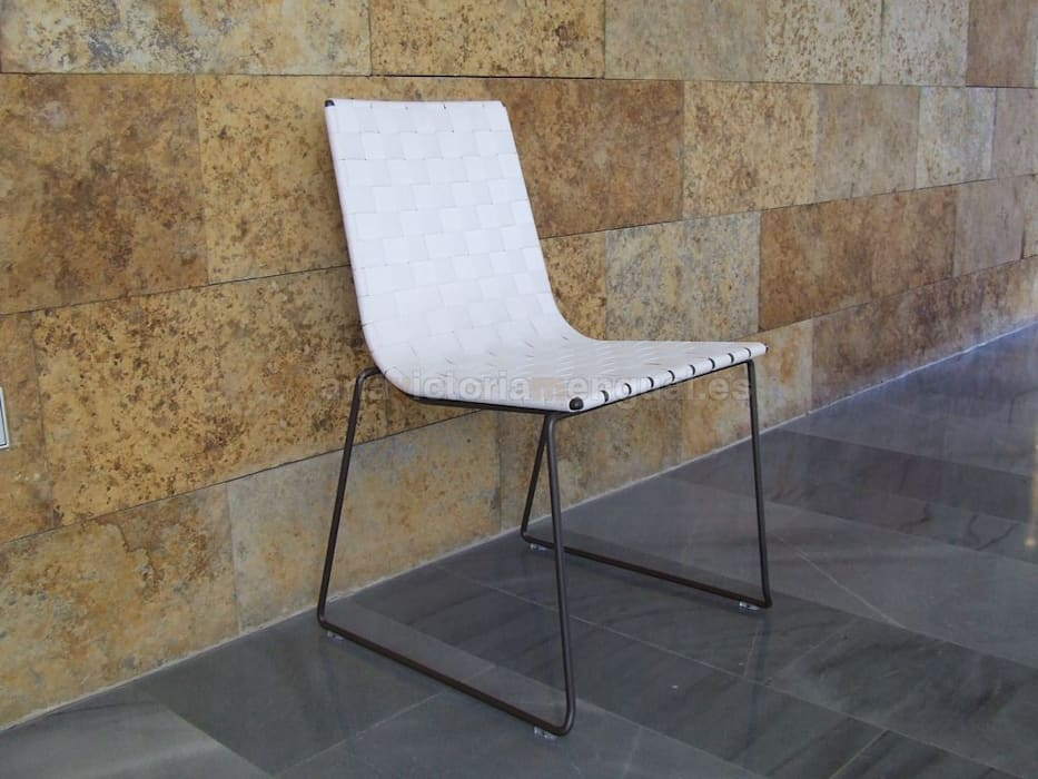 Silla en la misma línea del sillón. Jardines de estilo moderno de MUMARQ ARQUITECTURA E INTERIORISMO Moderno