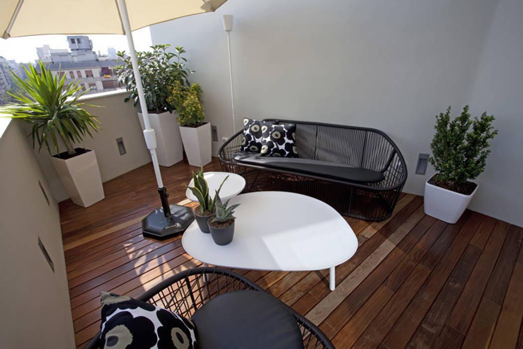 Ático en Valencia: Terrazas de estilo  de Laura Yerpes Estudio de Interiorismo
