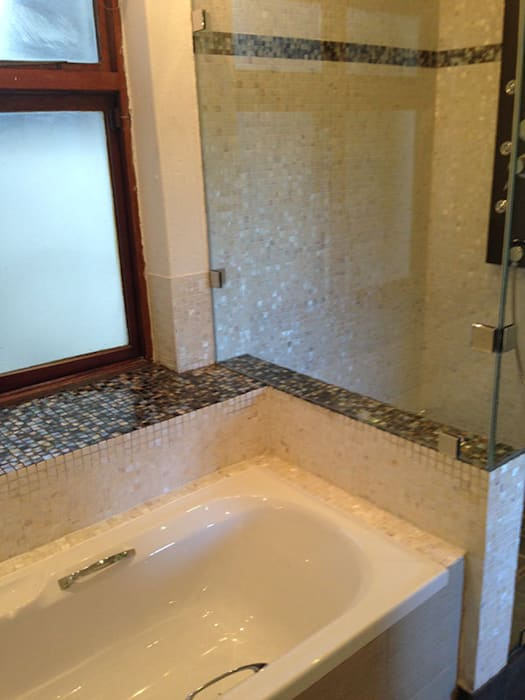 ​Pure white freshwater and black lip mother of pearl mosaics Modern bathroom by ShellShock Designs Modern