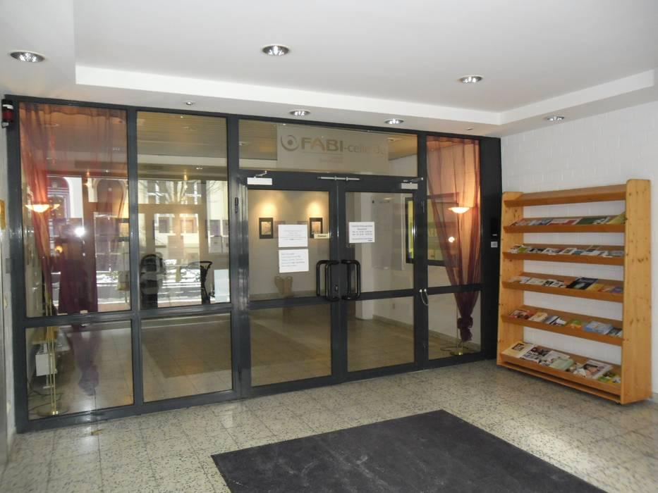 Eingangshalle Foto 1: Vorher - Foto 2: Nachher:  Flur & Diele von INTERIORDESIGN - Jedes Geschäft braucht ein Gesicht. Jede Wohnung eine Seele