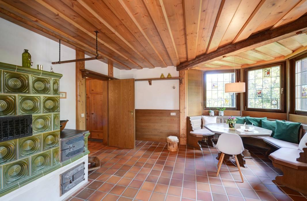 ländliche Stube mit Kachelofen - nachher von Münchner home staging Agentur GESCHKA Landhaus