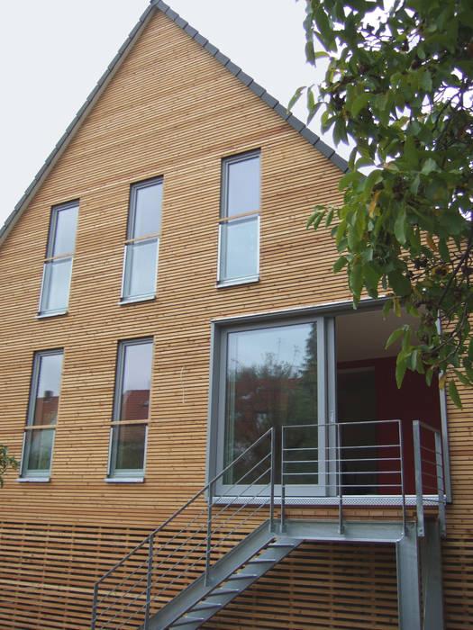 Siedlungshaus mit Holzscheibe:  Häuser von zymara und loitzenbauer architekten bda,Modern