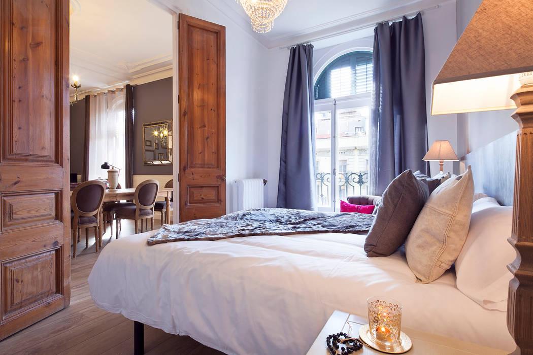 PISO ROMANTICO EN PLENO CENTRO DE BARCELONA : Dormitorios de estilo  de Home Deco Decoración