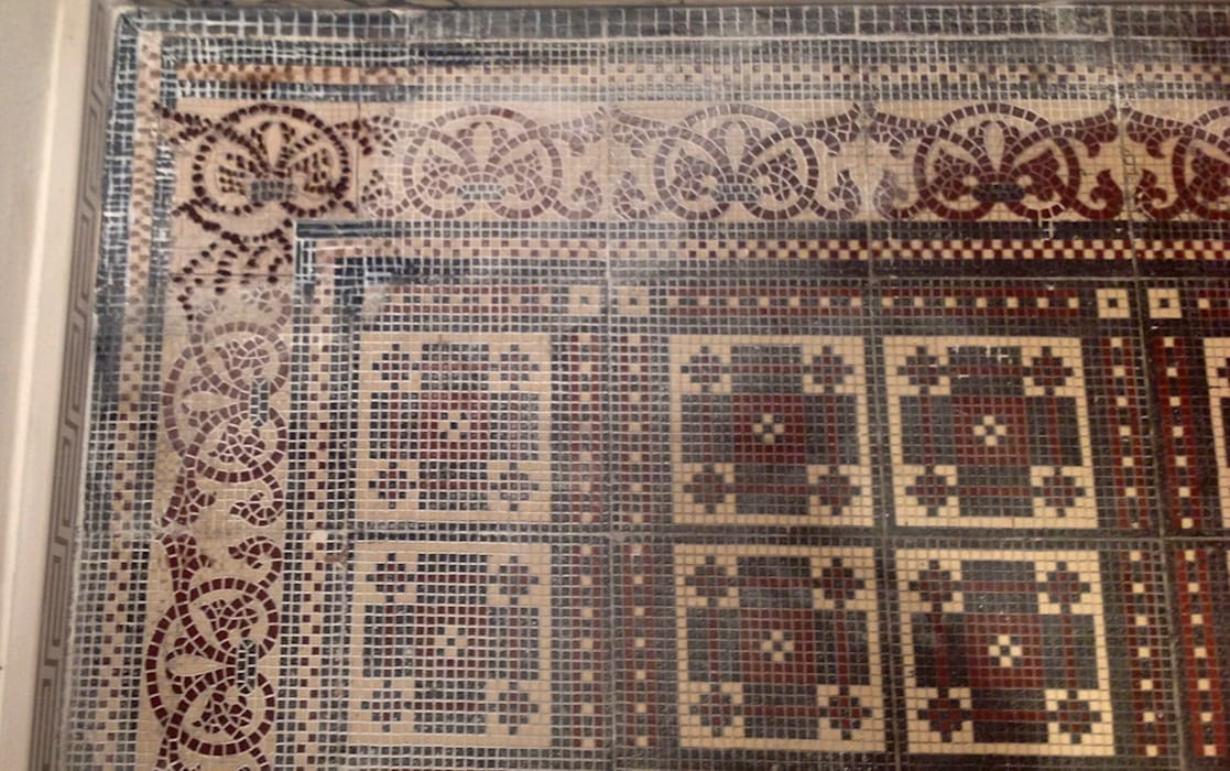 Treppenhaus Fliesenboden restauriert ,ergänzt und aufgearbeitet von Illusionen mit Farbe
