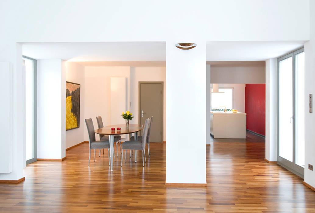 Essplatz Übergang alt- zu Anbau Moderne Esszimmer von and8 Architekten Aisslinger + Bracht Modern