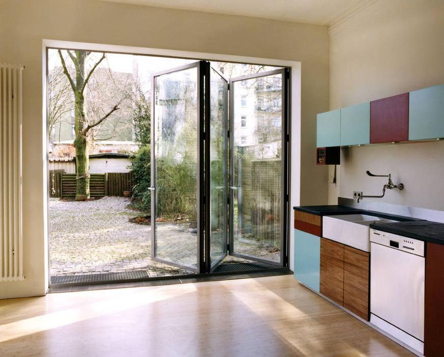 Küche im Altbau:  Schiebetür von and8 Architekten Aisslinger + Bracht