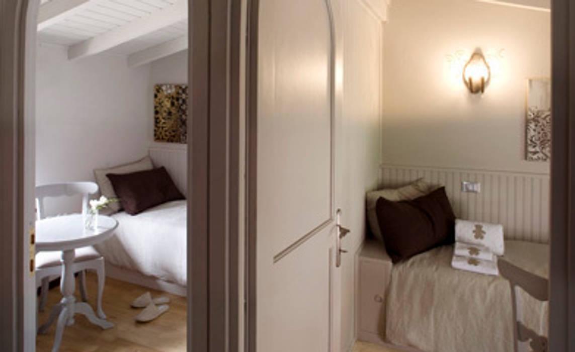 Lino taupe e marrone Camera da letto in stile classico di STUDIO PAOLA FAVRETTO SAGL - INTERIOR DESIGNER Classico Legno Effetto legno