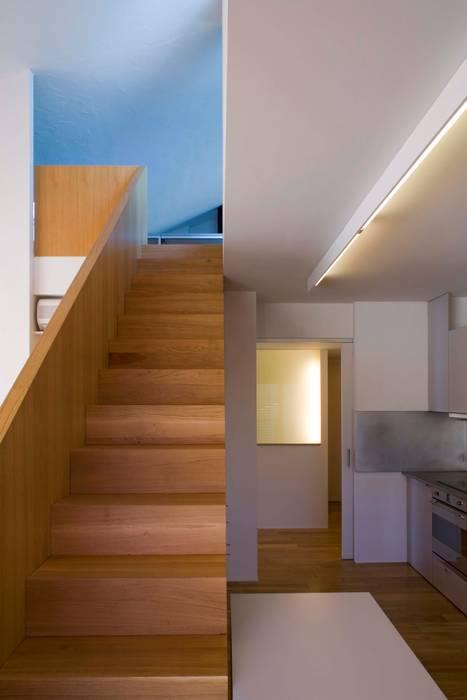 Vivienda TERCERTERCERA Pasillos, vestíbulos y escaleras de estilo moderno de Estudi Agustí Costa Moderno