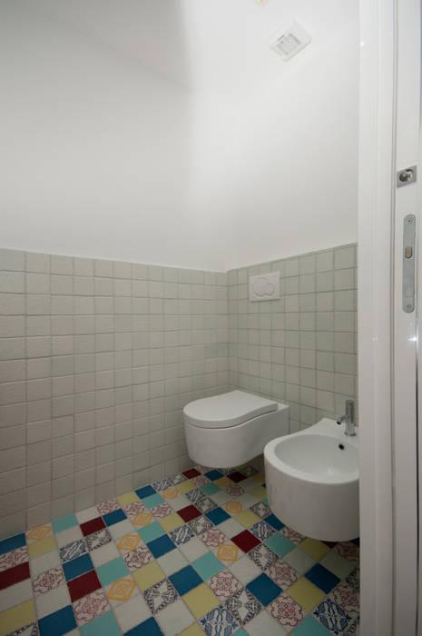 modern Bathroom by LuVi ph