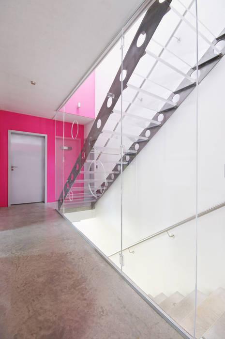 b2 böhme BAUBERATUNG Modern corridor, hallway & stairs