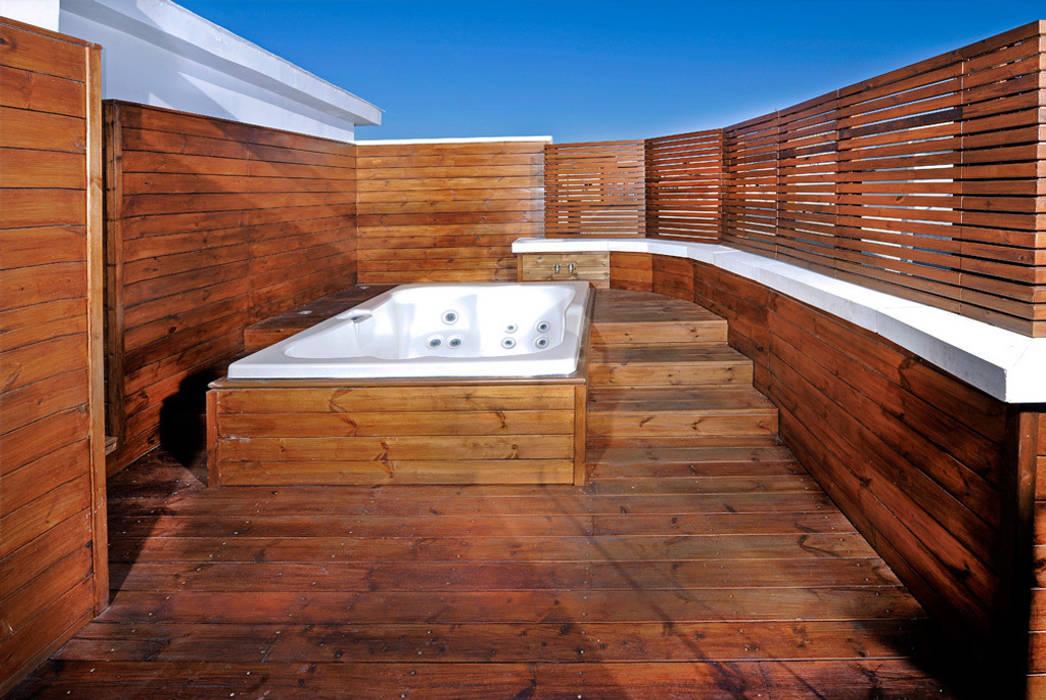 Spa en el ático Balcones y terrazas de estilo mediterráneo de UNJARDINPARAMI Mediterráneo