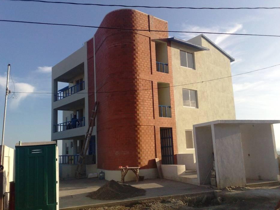 Fachada de acceso a la calle Casas modernas de ARQUELIGE Moderno