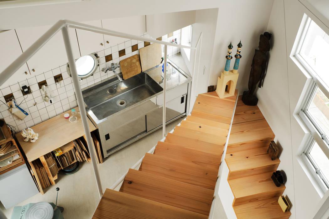 2階アトリエ モダンスタイルの 玄関&廊下&階段 の Kikumi Kusumoto/Ks ARCHITECTS モダン