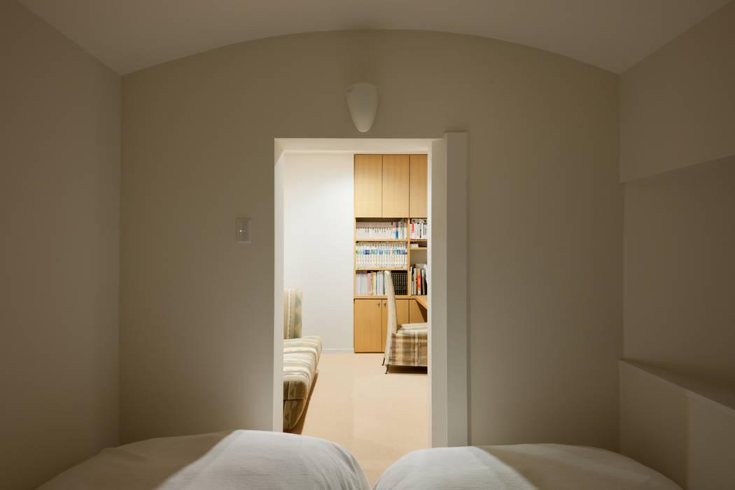 2階ゲストルーム モダンスタイルの寝室 の Kikumi Kusumoto/Ks ARCHITECTS モダン