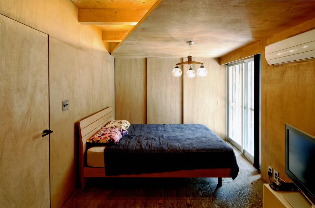 ROOF/M: eu建築設計が手掛けた寝室です。
