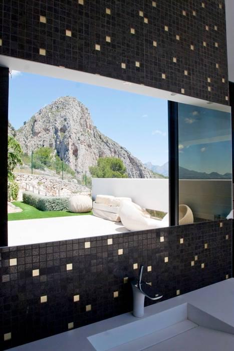現代浴室設計點子、靈感&圖片 根據 Spainville Inmobiliaria 現代風