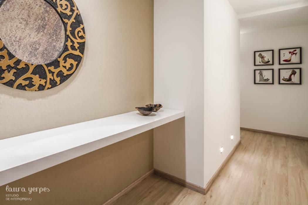 Hall Pasillos, vestíbulos y escaleras de estilo moderno de homify Moderno