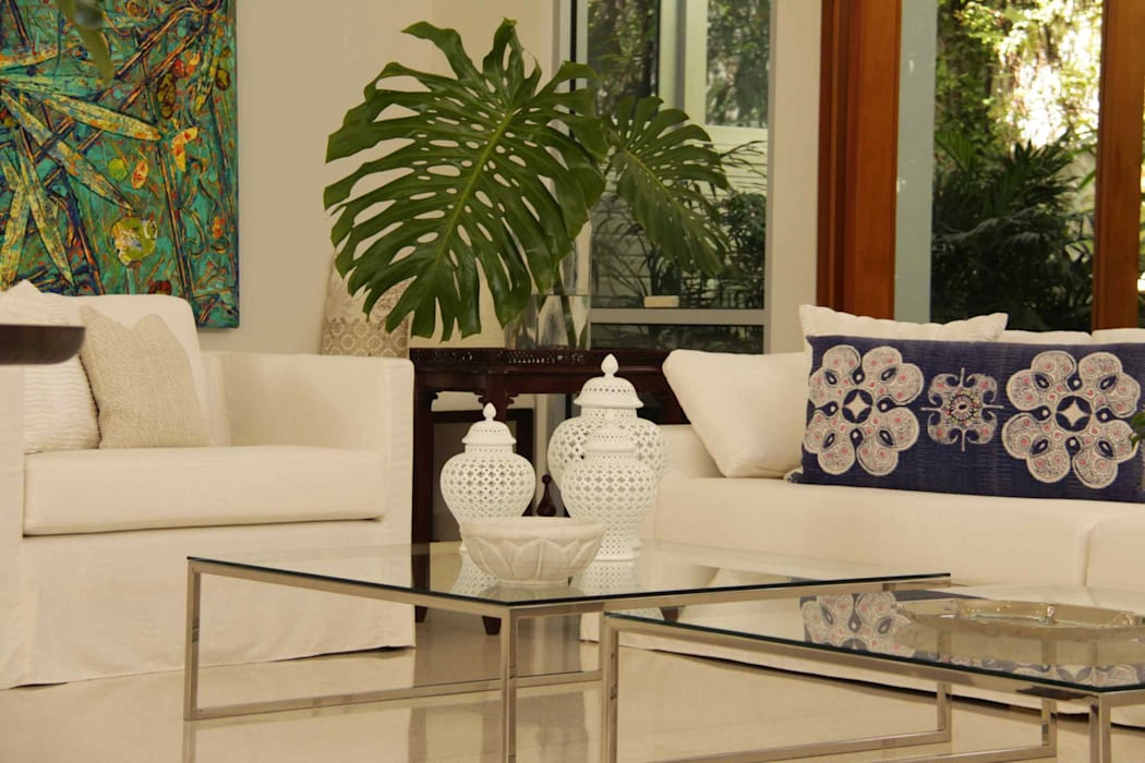 Lichelle Silvestry Interiors Tropical style living room