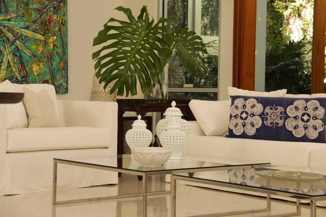 Living room Salon tropical par Lichelle Silvestry Interiors Tropical