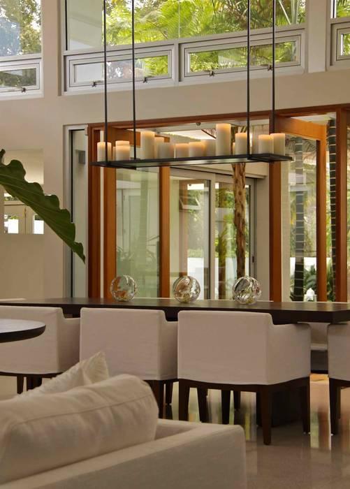 Dining room Salle à manger tropicale par Lichelle Silvestry Interiors Tropical