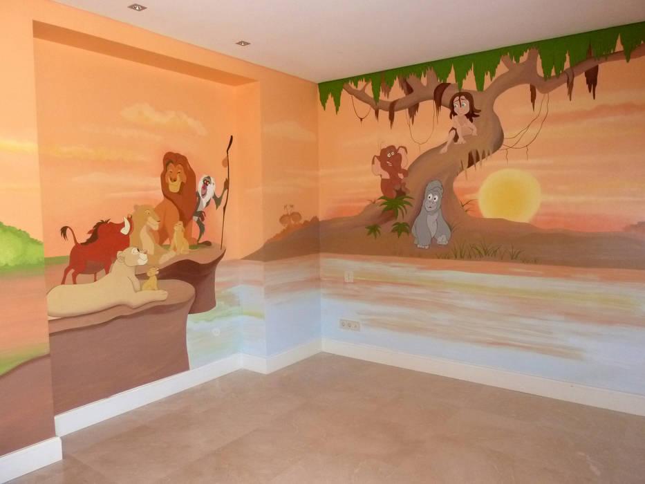 Mural pintado en habitación infantil, con los personajes de Tarzán y El Rey León de MURALES MARAVILLOSOS Moderno