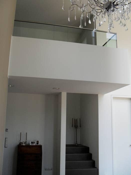 Einheit im Ganzen, Vielfalt in Teilen Pasillos, vestíbulos y escaleras minimalistas de Architekturbüro Sauer-Scholta Minimalista