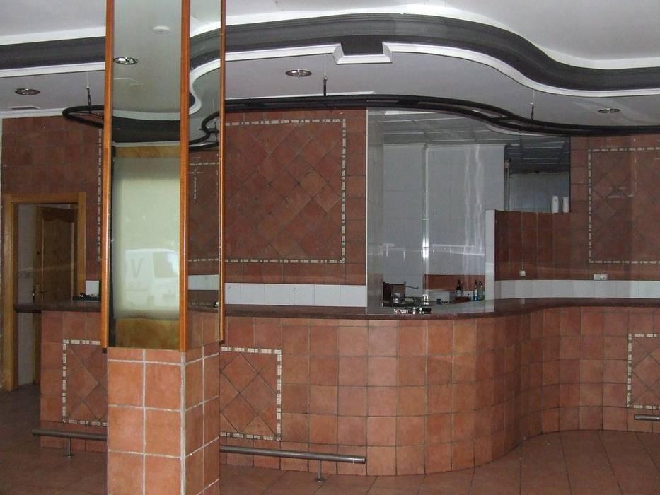 Zona frontal izquierda de local sin reformar.: Salones de estilo  de MUMARQ ARQUITECTURA E INTERIORISMO