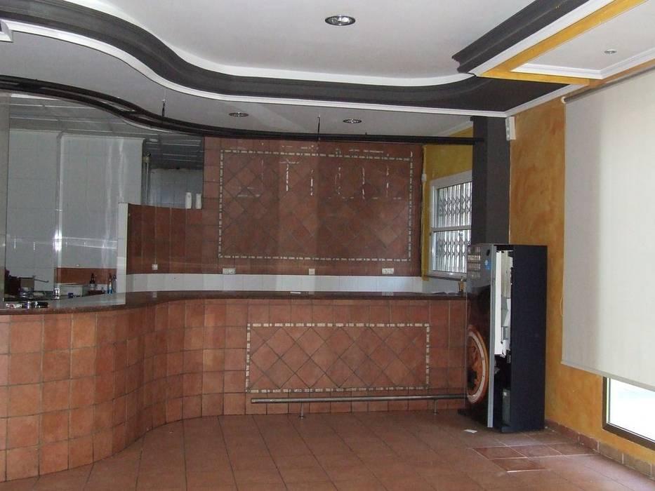 Zona frontal y final del loca.: Salones de estilo moderno de MUMARQ ARQUITECTURA E INTERIORISMO