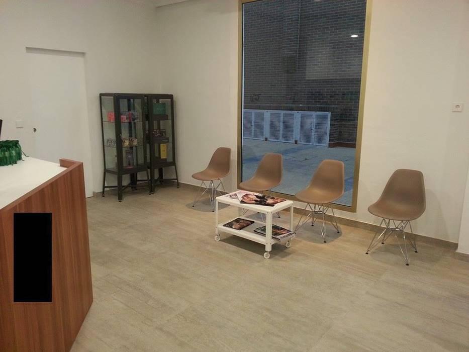 Reforma de local convertido en peluquería. MUMARQ ARQUITECTURA E INTERIORISMO Salones de estilo moderno