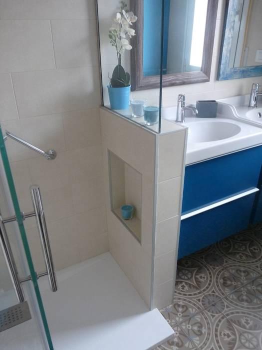 Reforma de baño: azul turquesa y baldosas impresas de mosaico hidráulico: Baños de estilo  de Dec&You, Ecléctico