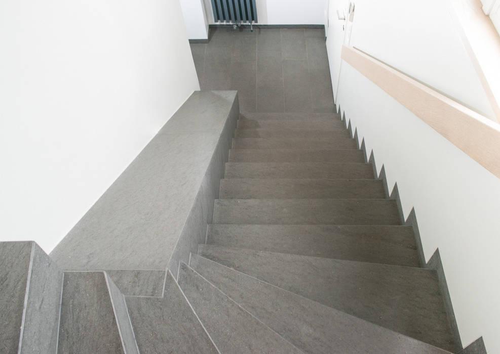 Pasillos, vestíbulos y escaleras modernos de Pientka - Faszination Naturstein Moderno