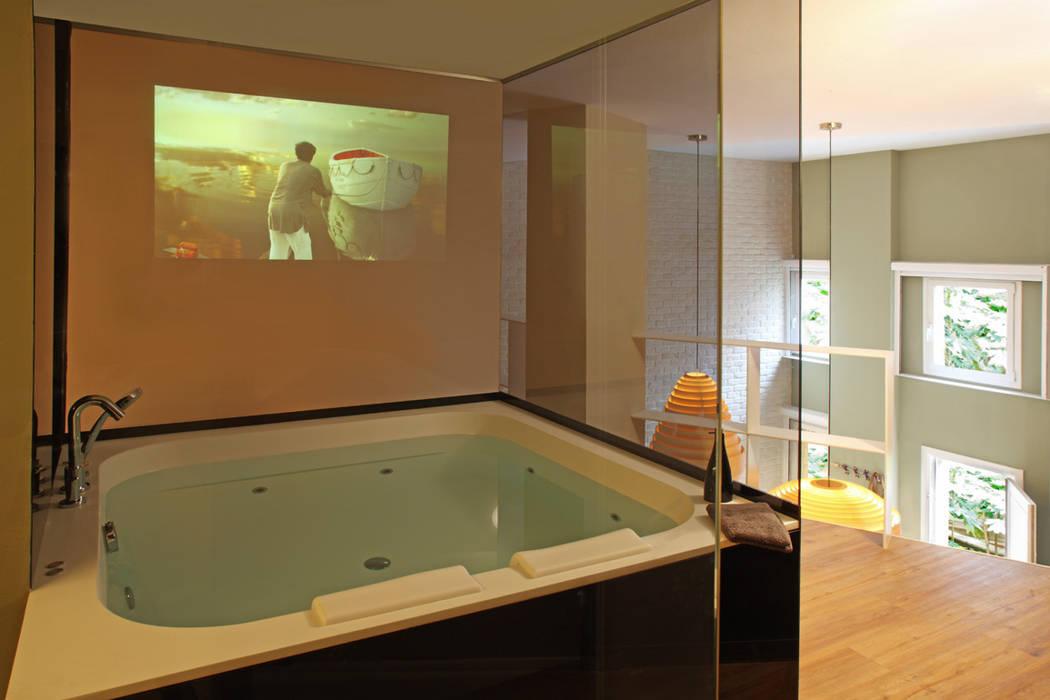 Baños de estilo  por The Room Studio