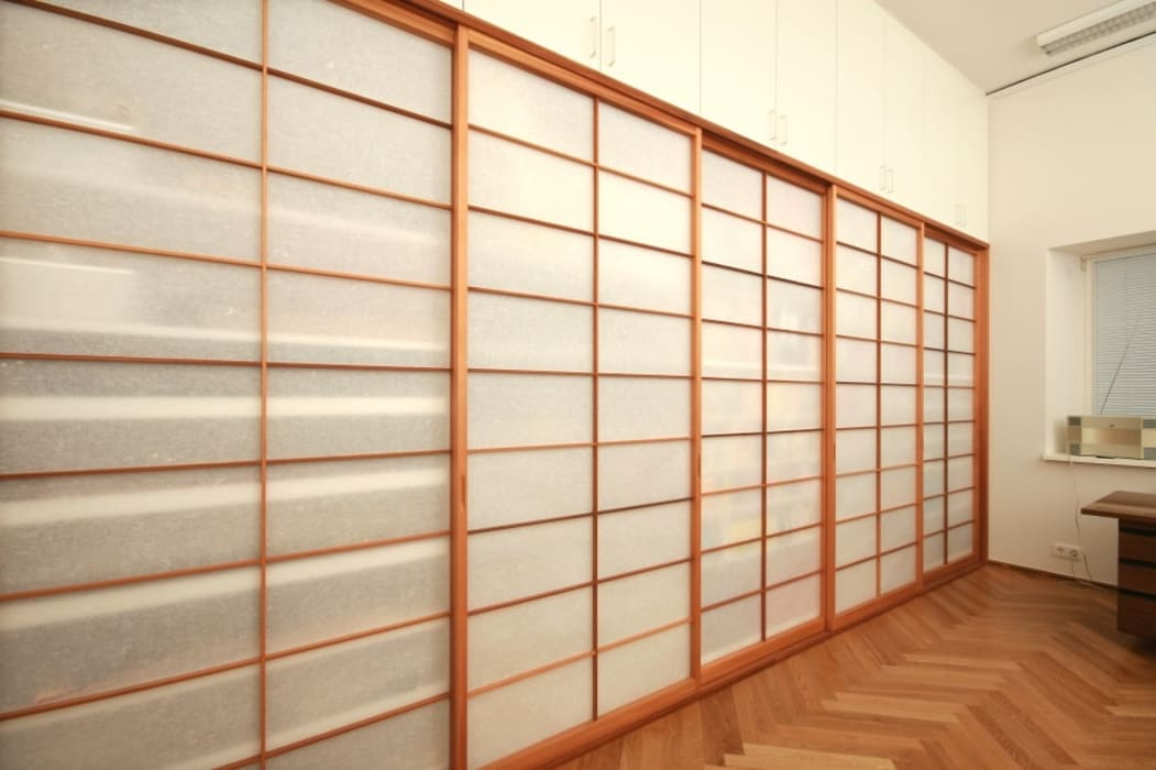 Asiatischer Shoji-Stil: Schiebetüren als Schrankfront:  Schiebetür von Lignum Möbelmanufaktur GmbH
