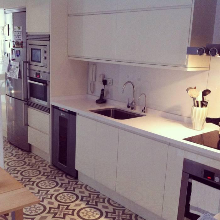 Nhà bếp: thiết kế nội thất · bố trí · hình ảnh bởi Vade Studio SC