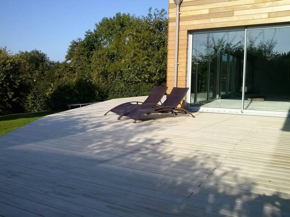 Holzterasse Accoya Moderner Balkon, Veranda & Terrasse von homify Modern