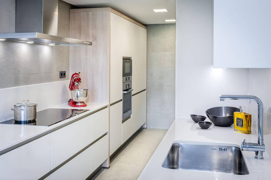 Minimalist kitchen by Urbana Interiorismo Minimalist