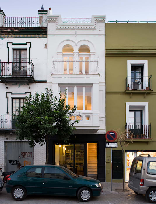 Housing Restoration in Montesión Square, Seville, Spain. Donaire Arquitectos Case eclettiche