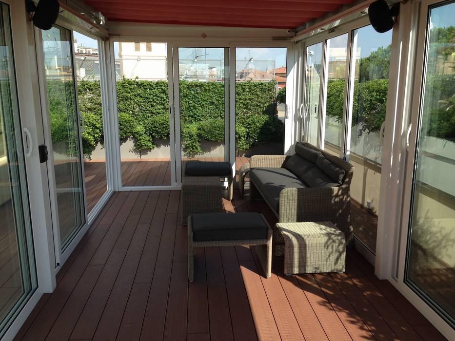 Golf in terrazza: giardino d\'inverno in stile in stile moderno di ...