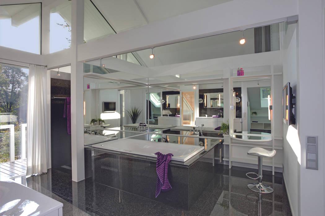 Luxus-Glashaus im Sauerland Moderne Badezimmer von DAVINCI HAUS GmbH & Co. KG Modern