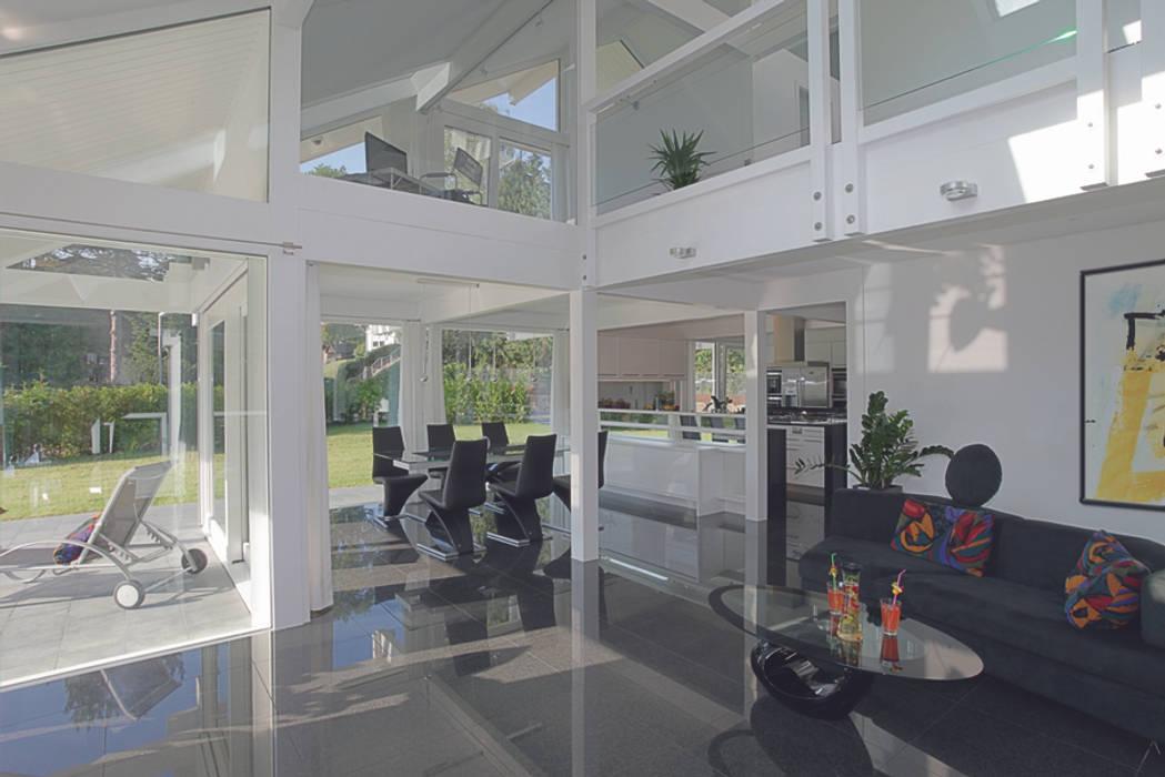 Luxus-Glashaus im Sauerland:  Wohnzimmer von DAVINCI HAUS GmbH & Co. KG