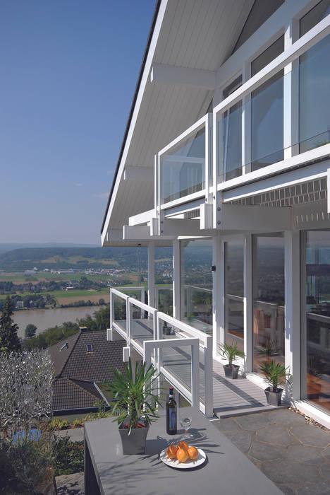 Panoramalage im Siebengebierge Klassischer Balkon, Veranda & Terrasse von DAVINCI HAUS GmbH & Co. KG Klassisch