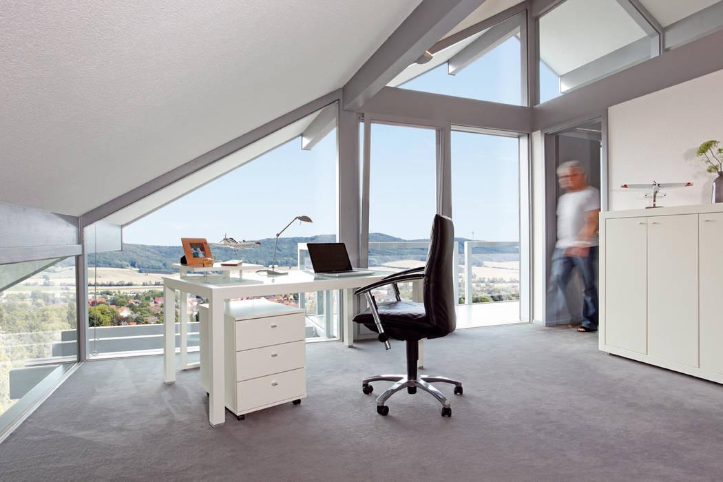 Satteldachhaus in Hannover: moderne Arbeitszimmer von DAVINCI HAUS GmbH & Co. KG