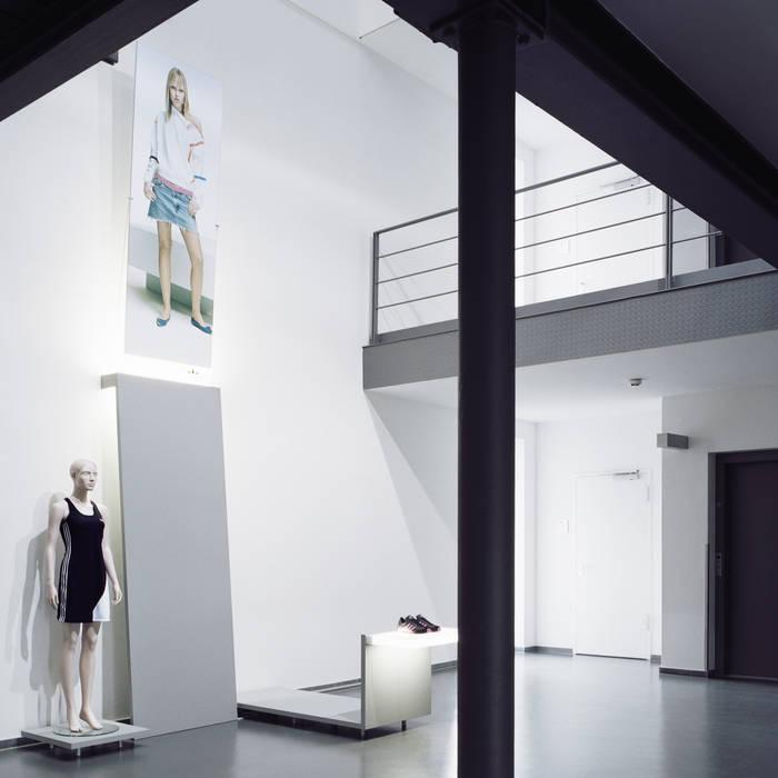 adidas Produktpräsentation Moderne Geschäftsräume & Stores von Marius Schreyer Design Modern