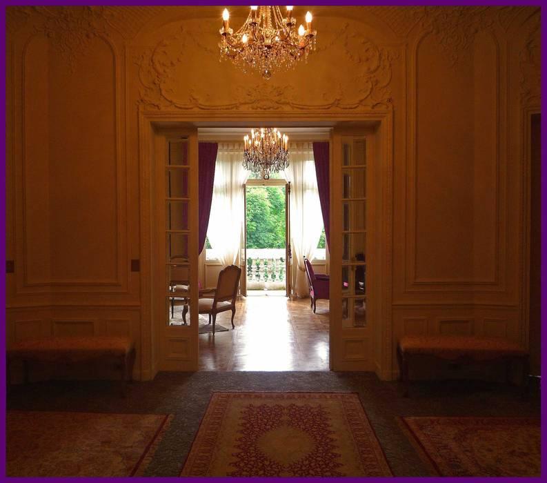 www.karineperez.com: Couloir et hall d'entrée de style  par Agence KP
