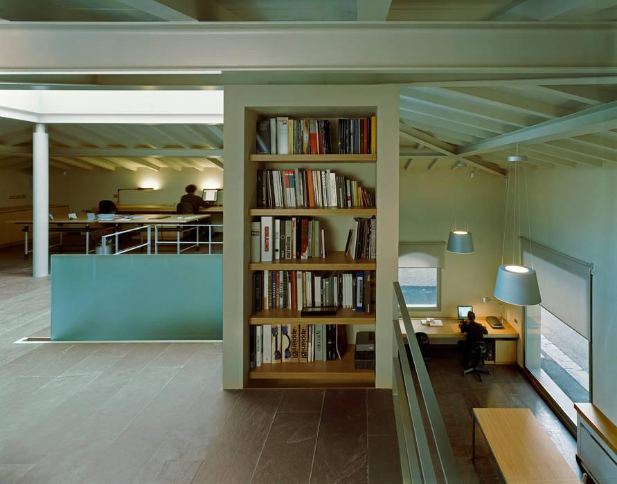 Estudios y despachos de estilo moderno de G. Giusto - A. Maggini - D. Pagnano Moderno