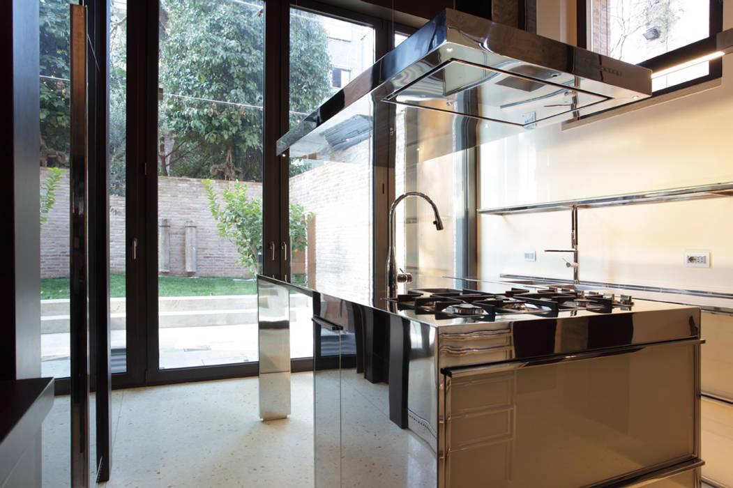 La cucina con vista sul giardino.: cucina in stile di cumo mori ...